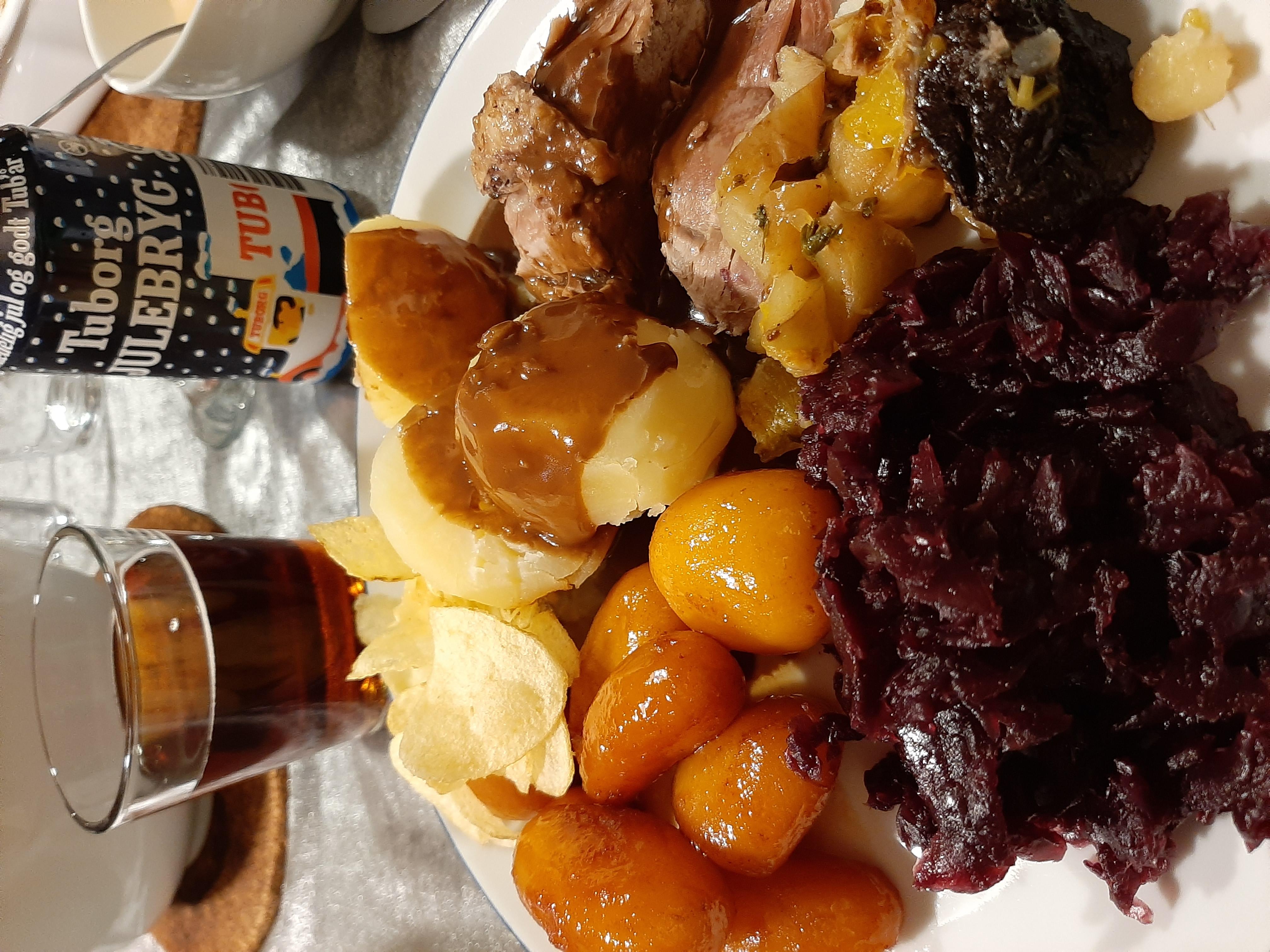 Langtidsstegt And med Svesker og Æbler, Brunkartofler, Hvide Kartoftler, Rødkål, Franske Kartofler og Andesauce